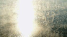 Vapore acqueo su superficie di acqua ghiacciata fredda in fiume archivi video