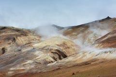 Vapore caldo che si alza sopra le colline colorate all'area di Hverarond, Islanda Fotografia Stock Libera da Diritti