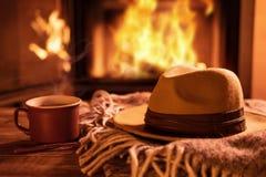 Vapore da una tazza con un cacao caldo sui precedenti del camino immagine stock libera da diritti