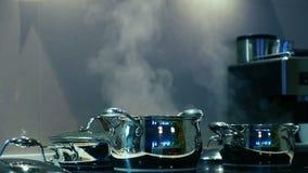 Vapore dai vasi sulla stufa Ciclo senza cuciture