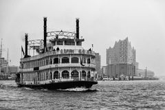 Vapore della ruota a pale nel porto di Amburgo con il Elbphilharmonie nei precedenti fotografie stock
