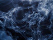 Vapore di acqua blu su fondo scuro Fotografia Stock