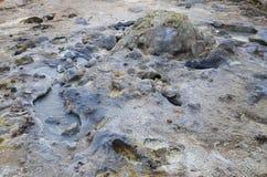 vapore di ribollimento d'ebollizione caldo del fango del mudpot ed esplodere ai mudpots, l'area geotermica Hverir Immagine Stock Libera da Diritti