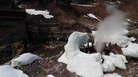 Vapore di salto dello sfiato termico nei dintorni nevosi video d archivio