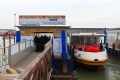 Vaporetto (水公共汽车)在威尼斯机场 免版税库存照片