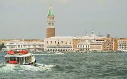 Vaporetto die in Venetië navigeren stock fotografie