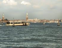 Vaporetto die in Venetië navigeren stock afbeeldingen