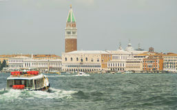 Vaporetto żegluje w Wenecja Fotografia Stock