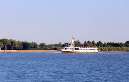 Vaporetto fonctionne rapidement dans la lagune vénitienne pour amener des touristes à Photo stock