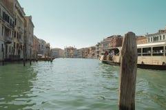 Vaporetto in Grand Canal in Venedig, Italien stockbilder