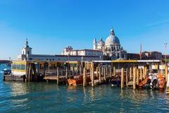 Vaporetto landningetapp i Venedig, Italien Royaltyfria Foton