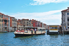 Vaporetto met passagiers in Venetië, Italië Stock Foto