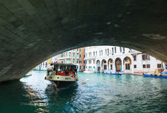 Vaporetto mit Touristen unter Rialto Brücke (Ponte Di Rialto) Lizenzfreie Stockfotos