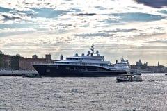 Vaporetto och yacht Carinthia VII i morgon i Venedig, Italien Fotografering för Bildbyråer