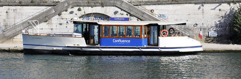 Vaporetto på Saone River i Lyon Royaltyfri Fotografi