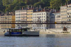 Vaporetto pod zwyczajnym mostem Zdjęcia Stock
