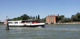 Vaporetto som att närma sig ön av Burano Venedig Fotografering för Bildbyråer