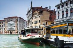 Vaporetto station i Venedig, storslagen kanal Royaltyfri Foto