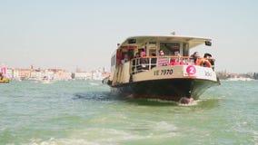 Vaporetto - transport public de l'eau à Venise banque de vidéos