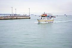 Vaporetto waterbus i Venedig, Italien Fotografering för Bildbyråer
