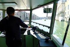 Vaporettobestuurder van Venetië bij ork royalty-vrije stock afbeeldingen