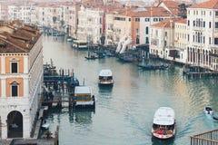 Vaporettos mobiles sur Grand Canal à Venise le soir image libre de droits