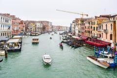Vaporettos vattenbussar, gondoler, vattentaxi & andra fartyg som seglar mellan färgrika Venetian byggnader på Grand Canal i Vened fotografering för bildbyråer