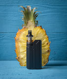 Vaporizzatore ed ananas neri Fotografia Stock Libera da Diritti