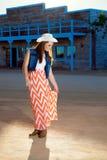 A vaqueira adolescente ajusta a saia Imagens de Stock Royalty Free