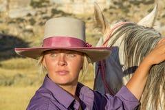 Vaqueira bonita com cavalo imagem de stock