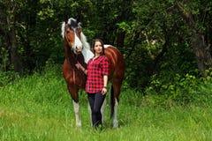 A vaqueira de sorriso alegre anda cavalo em pelo Imagens de Stock