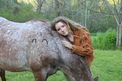 Vaqueira que ama seu cavalo Fotos de Stock Royalty Free