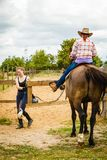 Vaqueira que faz a equitação no prado do campo Fotos de Stock Royalty Free