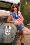 Vaqueira que inclina-se no caminhão antigo Foto de Stock