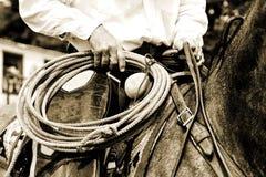 Vaqueiro de trabalho Riding com corda - matiz do Sepia fotografia de stock