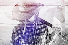 Vaqueiro Farmer com guitarra e Straw Hat no rancho do cavalo Imagem de Stock Royalty Free