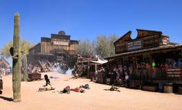 Vaqueiro Gunfighters na cidade fantasma da jazida de ouro Fotografia de Stock