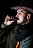 Vaqueiro no álcool bebendo do chapéu de uma garrafa Fotos de Stock Royalty Free