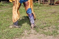 Vaqueiro que veste caneleiras e botas de couro franjadas fotos de stock