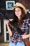Vaquera adolescente con un arma Imagen de archivo