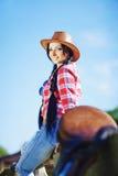 Vaquera en estilo occidental en la granja Fotos de archivo libres de regalías