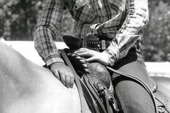 Vaquera en la reclinación del caballo Foto de archivo