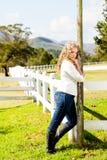 Vaquera en la valla de estacas Fotografía de archivo