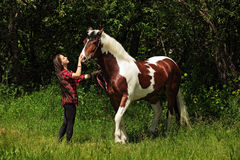 Vaquera feliz de la mujer con su caballo Fotografía de archivo libre de regalías