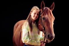 Vaquera joven con su caballo Fotos de archivo libres de regalías