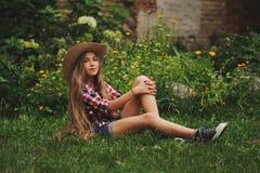 Vaquera joven hermosa con el pelo largo Imágenes de archivo libres de regalías