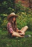 Vaquera joven hermosa con el pelo largo Imagenes de archivo