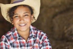 Vaquero afroamericano Hat del niño de la muchacha de la raza mixta feliz fotografía de archivo