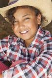 Vaquero afroamericano Hat del niño de la muchacha de la raza mixta feliz Fotos de archivo libres de regalías