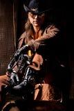 Vaquero con el azote que azota de cuero negro Imagen de archivo